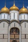 Vista exterior da catedral da suposição dentro do Kremlin de Moscou fotografia de stock royalty free