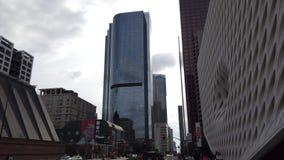 Vista exterior da construção larga, alta em torno da baixa filme