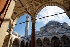 Vista exterior da mesquita de Suleymaniye do jardim do pátio Istambul, Turquia fotografia de stock royalty free
