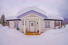 Vista exterior das casas norueguesas da montanha do taditional da madeira cobertas com a neve na natureza impressionante em Norue fotos de stock