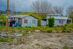 Vista exterior das construções de casa de madeira situadas em casas da vila de Ancud, na ilha o Chile de Chiloe fotografia de stock