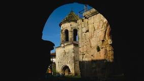 Vista exterior de paredes do monastério de Gelati e de arcos velhos, arquitetura antiga video estoque