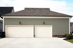 Vista exterior de uma garagem de 3 ou 4 carros imagem de stock royalty free