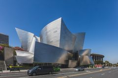 Vista exterior de Walt Disney Concert Hall e de ruas de Los Angeles do centro imagem de stock royalty free