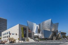 Vista exterior de Walt Disney Concert Hall e de ruas de Los Angeles do centro foto de stock