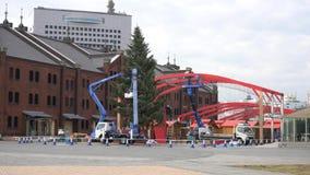 Vista exterior del ladrillo rojo Warehouse de Yokohama y de la preparación de la decoración de la Navidad metrajes