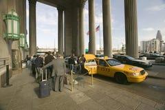 Vista exterior do táxi de táxi amarelo na frente da 30a estação da rua, um registro nacional de lugares históricos, trem Statio d Fotografia de Stock Royalty Free