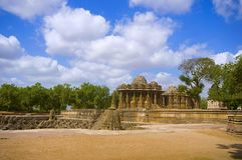 Vista exterior do templo de Sun no banco do rio Pushpavati Em 1026-27 ANÚNCIO construído, vila de Modhera do distrito de Mehsana, imagem de stock royalty free