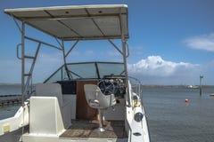 Vista exterior geral do barco recreacional privado, estacionada na praia na ilha de Mussulo foto de stock royalty free