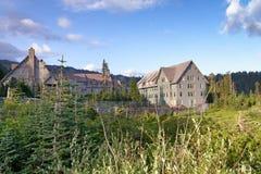 Vista exterior hermosa de casas de madera en Mt Rainier National Imagen de archivo