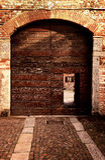 Vista externa de la entrada vieja en farrmhouse italiano Fotografía de archivo libre de regalías