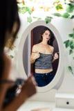 Vista fêmea bonito no espelho Fotos de Stock Royalty Free