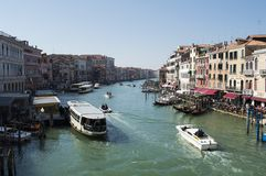 Vista famosa de uma ponte em Veneza fotografia de stock royalty free
