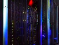 A vista fantástica da unidade central no centro de dados enfileira fotografia de stock royalty free