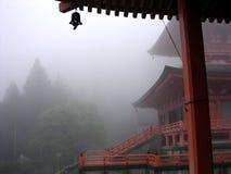 Vista fantástica de um santuário xintoísmo nas montanhas japonesas fotografia de stock royalty free