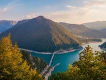 Vista fantástica na garganta do jezero de Piva Pivsko do rio imagem de stock