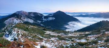 Vista fantastica alle montagne ed alla nebbia Fotografie Stock Libere da Diritti