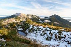 Vista fantastica alle montagne ed alla nebbia Immagini Stock Libere da Diritti