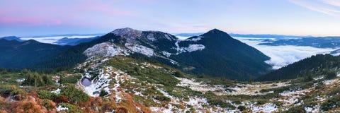 Vista fantastica alle montagne ed alla nebbia Fotografia Stock Libera da Diritti