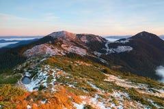 Vista fantastica alle montagne ed alla nebbia Fotografia Stock
