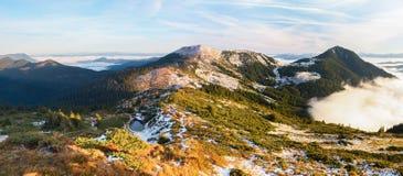 Vista fantastica alle montagne ed alla nebbia Immagine Stock Libera da Diritti