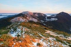 Vista fantastica alle montagne ed alla nebbia Immagini Stock