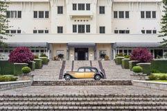 Vista fantastica davanti ad un albergo di lusso con un'automobile d'annata Fotografia Stock Libera da Diritti