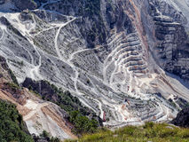 Vista fantastica della cava di marmo, vicino a Carrara, l'Italia macchinario Fotografia Stock