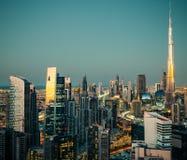 Vista fantastica di grande città alla notte con architettura moderna illuminata Fotografie Stock Libere da Diritti