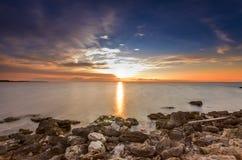 Vista fascinante del sol abrasador Fotografía de archivo libre de regalías