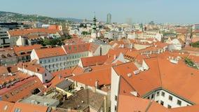 Vista favolosa della Slovacchia, Bratislava: St Michael Gate in Città Vecchia con i tetti rossi video d archivio