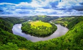 Vista a ferro di cavallo del fiume di panorama della natura fotografia stock