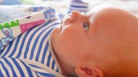 Vista fine di sguardo del bambino degli occhi del ` s del bambino del neonato di macro sul colpo stock footage