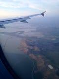 Vista fora de uma janela do avião Fotografia de Stock