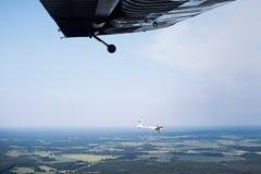 A vista fora de uma janela dos aviões Imagem de Stock Royalty Free