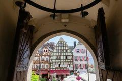 Vista fora de uma porta do castelo Linz à cidade velha de Linz am Rhein, Alemanha foto de stock