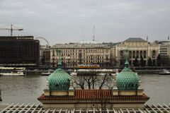 Vista fresca del tram e del fiume della città di Budapest immagini stock libere da diritti