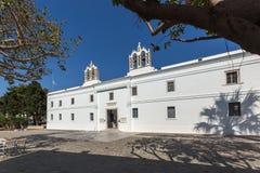 Vista frontal da igreja de Panagia Ekatontapiliani em Parikia, ilha de Paros, Grécia fotos de stock royalty free