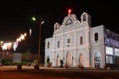 Vista frontal da igreja do vintage decorada por feriados em Vasai, Bombaim fotos de stock royalty free