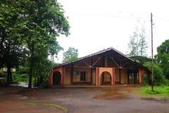 Vista frontal da igreja pelos feriados Ghats ocidental no estado de Maharashtra perto da igreja sagrado do wakanda da igreja do c imagem de stock