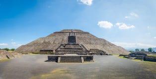Vista frontal da pirâmide em ruínas de Teotihuacan - Cidade do México de Sun, México imagem de stock royalty free