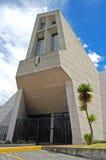 Vista frontal de la entrada de una iglesia moderna Foto de archivo libre de regalías
