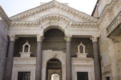 Vista frontal de la fachada histórica del palacio de Diocletian en fractura imágenes de archivo libres de regalías