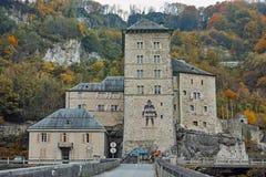 Vista frontal de la fortaleza del St Maurice History, cantón de Vaud, Suiza imágenes de archivo libres de regalías