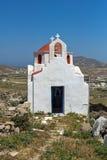 Vista frontal de la iglesia blanca con el tejado rojo en la isla de Mykonos, Grecia foto de archivo