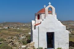 Vista frontal de la iglesia blanca con el tejado rojo en la isla de Mykonos, Grecia imagen de archivo libre de regalías
