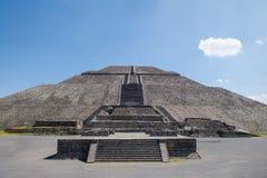 Vista frontal de la pirámide en las ruinas de Teotihuacan - Ciudad de México, México de Sun fotos de archivo
