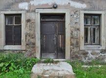 Vista frontal de puertas y de ventanas de madera viejas Imagen de archivo