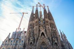 Vista frontal de Sagrada Familia las grúas todavía están funcionando fotografía de archivo libre de regalías