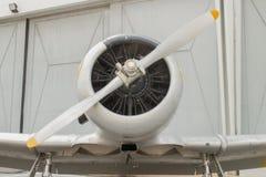 A vista frontal de um avião do vintage mostra o motor e o propelle Fotos de Stock